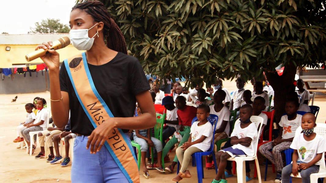 Isabel Neto e o STAFF partilhando o momento agradável entre as crianças do Lar El Betel, Zango - Angola.
