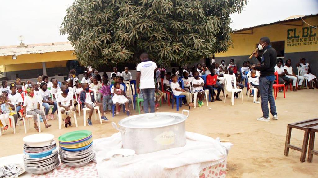 Momento de dinamização durante a tarde agradável entre o STAFF e as crianças beneficiárias dos donativos.